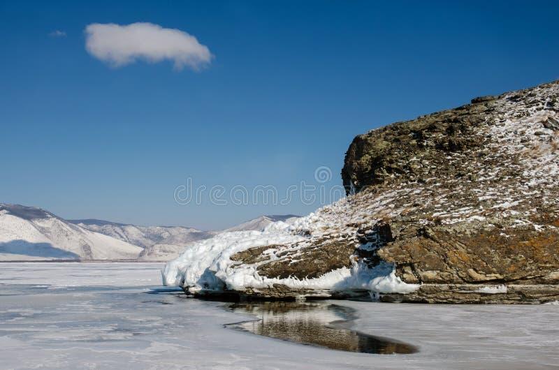 Agujero en el hielo del lago Baikal más de una roca cercana gruesa del metro fotografía de archivo libre de regalías