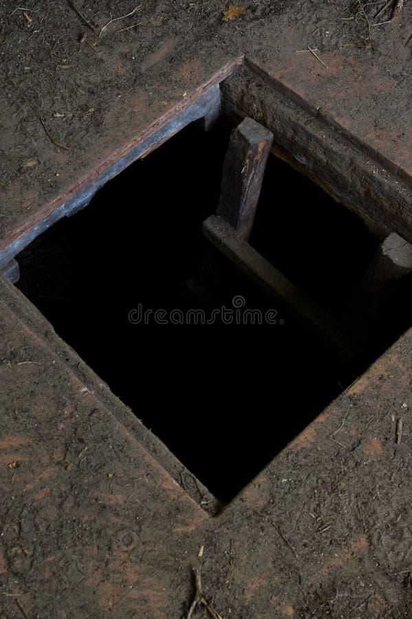 Agujero en el piso de la casa vieja que lleva al sótano imagenes de archivo