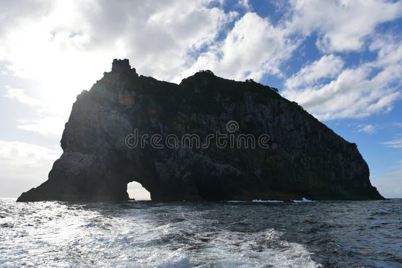 Agujero en la formación de roca en la bahía de las islas en Nueva Zelanda fotos de archivo libres de regalías