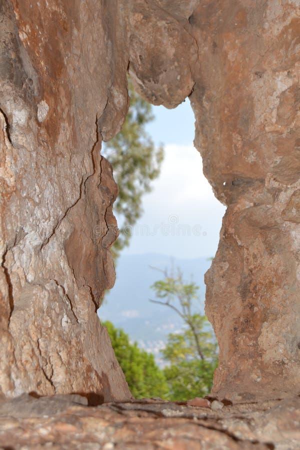 Agujero en la montaña imagen de archivo