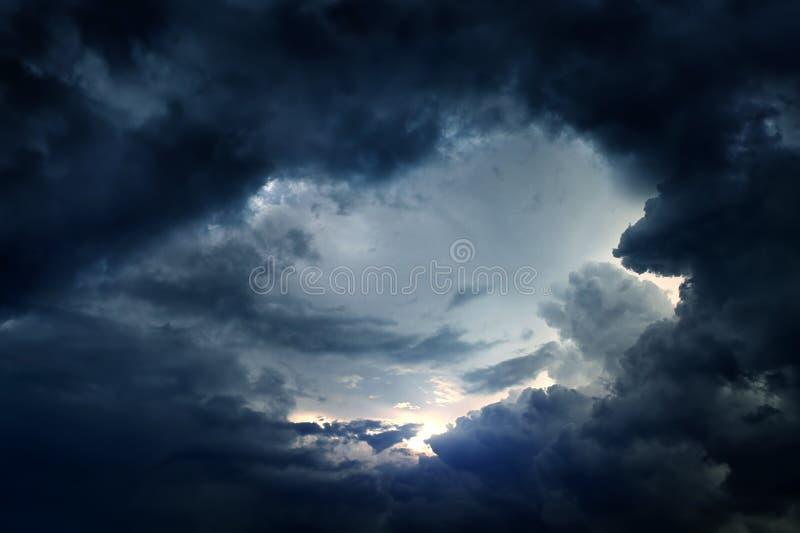 Agujero en las nubes dramáticas foto de archivo