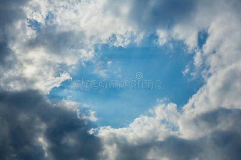 Agujero soleado en cielo nublado oscuro imágenes de archivo libres de regalías