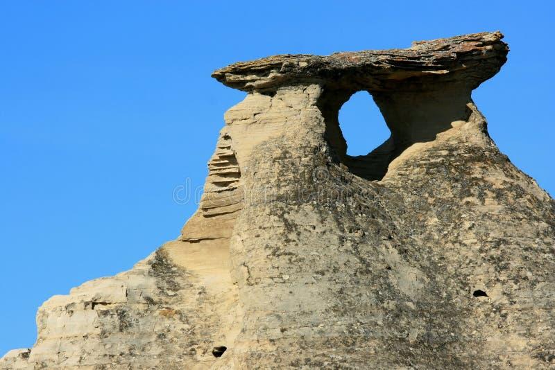 Agujero y sombra bajo el casquillo de la roca fotos de archivo libres de regalías