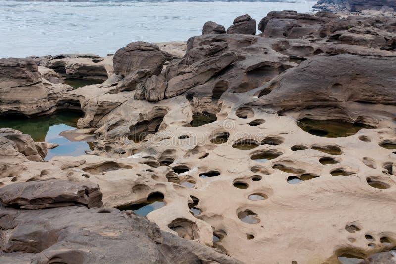 Agujeros de la roca de Sam Phan Bok Canyon en Tailandia imagenes de archivo