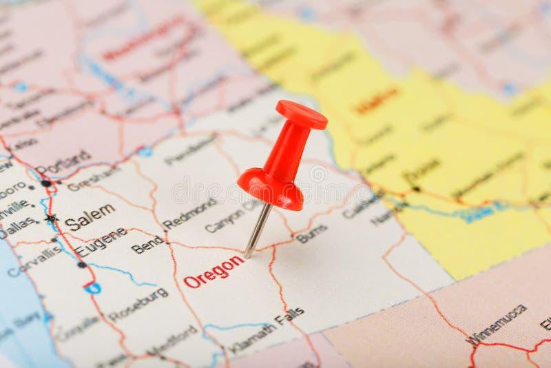 Agulha de escritório vermelha em um mapa de EUA, de Oregon e da capital Salem Mapa Oregon do close up com aderência vermelha imagens de stock royalty free