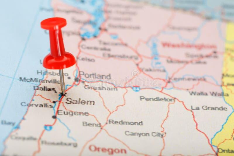 Agulha de escritório vermelha em um mapa de EUA, de Oregon e da capital Salem Mapa Oregon do close up com aderência vermelha imagens de stock