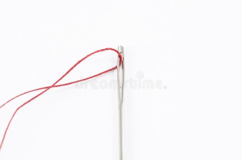 Agulha e linha vermelha imagens de stock