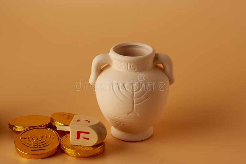 Ah gelt ή χρήματα ή νομίσματα με Hanukkah dreidel και μια κανάτα αργίλου Hanukkah Μετάφραση: Καλές διακοπές στοκ φωτογραφίες