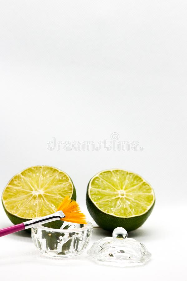 AHA-fruitzuren Het zuur van het schilfruit voor het gezicht, kosmetische borstel, citrusvruchten Gezichtsschil met fruitzuren Pha stock afbeelding