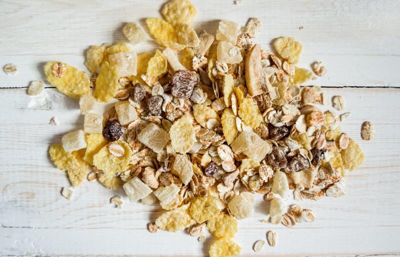 Ahandful dos cereais em um fundo claro fotos de stock royalty free