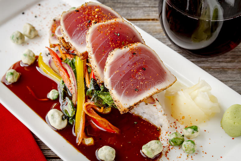 Ahi tuńczyk na Jaśminowym Rice z Boka Choy fertania dłoniakiem zdjęcie royalty free