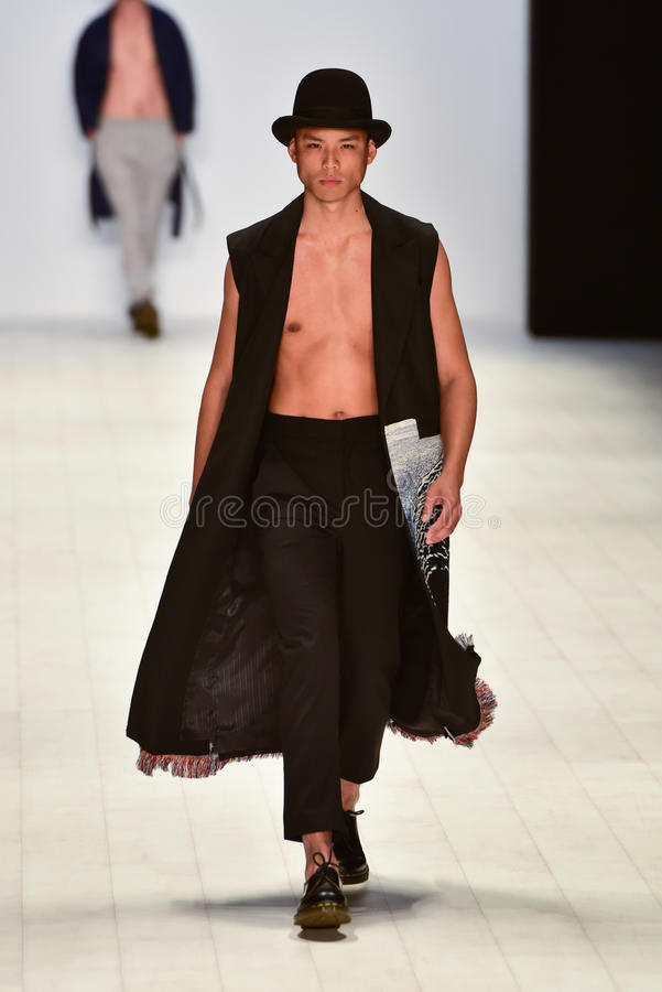 Ahmad Taufik modeshow arkivbild