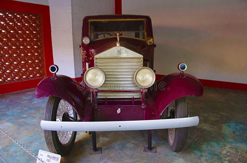 AHMADABAD, GUJARAT, la INDIA - junio de 2017, primer del frente del museo del coche del vintage del mundo del auto de Rolls Royce fotos de archivo