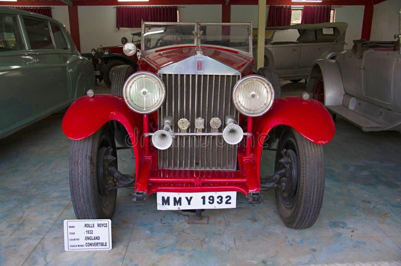 AHMEDABAD, GUJARAT, ÍNDIA - em junho de 2017, close-up da parte dianteira de Rolls Royce Year 1932, trabalho do treinador - conve fotografia de stock royalty free