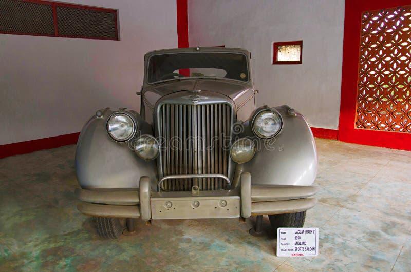 AHMEDABAD GUJARAT, INDIEN - Juni 2017, närbilden av framdelen av året 1950, lagledarearbete för Jaguar fläck V - sportar salong,  arkivbilder