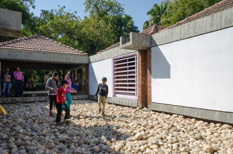 Ahmedabad, Inde - 28 décembre 2014 : Les personnes indiennes visitent le musée de Gandhis de mahatma dans l'ashram de Sabarmati images stock