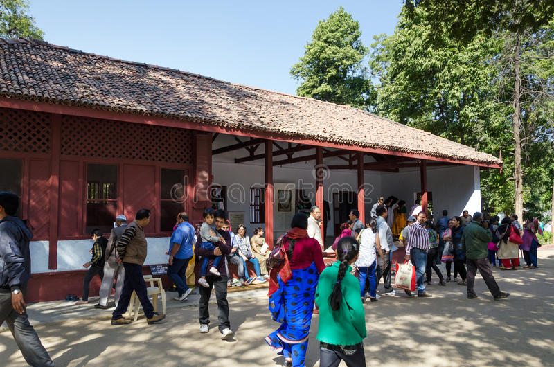 Ahmedabad, India - December 28, 2014: Het Huis van het toeristenbezoek van Mahatma en Kasturba Gandhi in Sabarmati Ashram royalty-vrije stock foto's