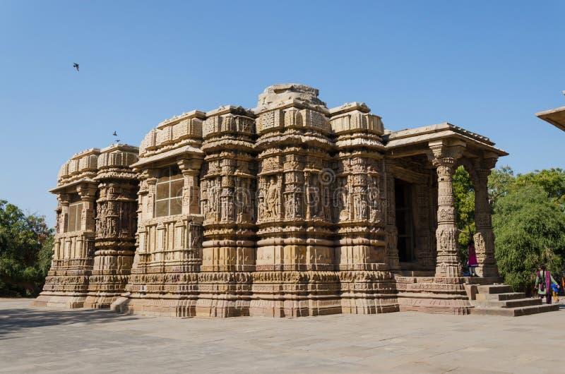 Ahmedabad Indien - December 25, 2014: Turist- besöksoltempel Modhera royaltyfria foton
