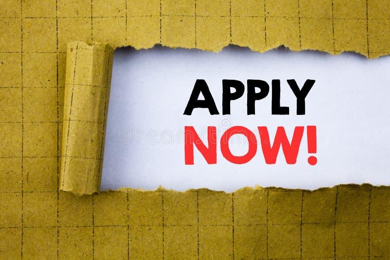 Ahora apliqúese El concepto del negocio para Job Hiring Application escrito en el Libro Blanco en el amarillo dobló el papel imagenes de archivo