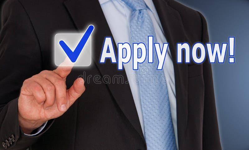 Ahora aplique - al hombre de negocios con el botón de la pantalla táctil fotografía de archivo libre de regalías