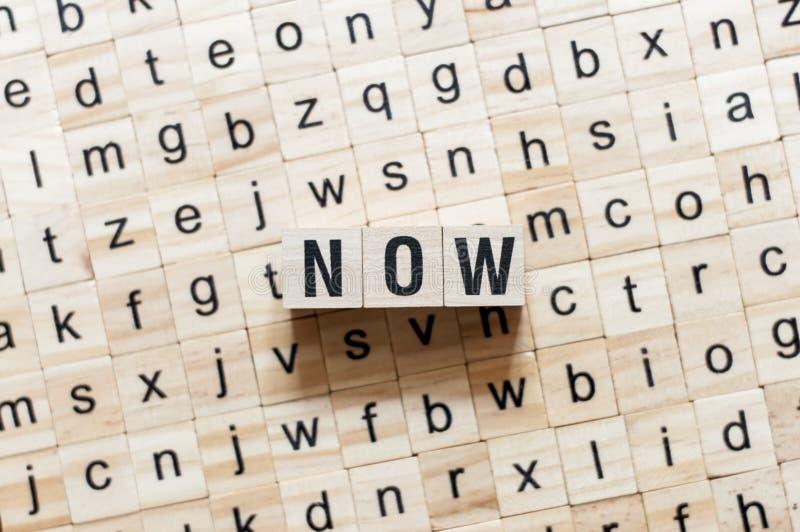 Ahora concepto de la palabra en los cubos imagenes de archivo