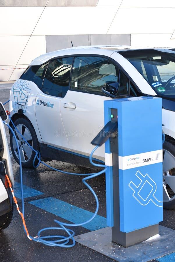 Ahora conduzca el coche eléctrico fotografía de archivo