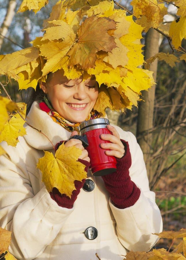 Ahornblätter und lächelndes Mädchen lizenzfreie stockbilder