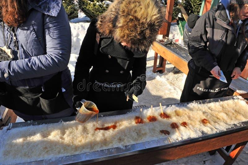 Ahornholz-Sirupschneesüßigkeit bei Winterlude stockbild