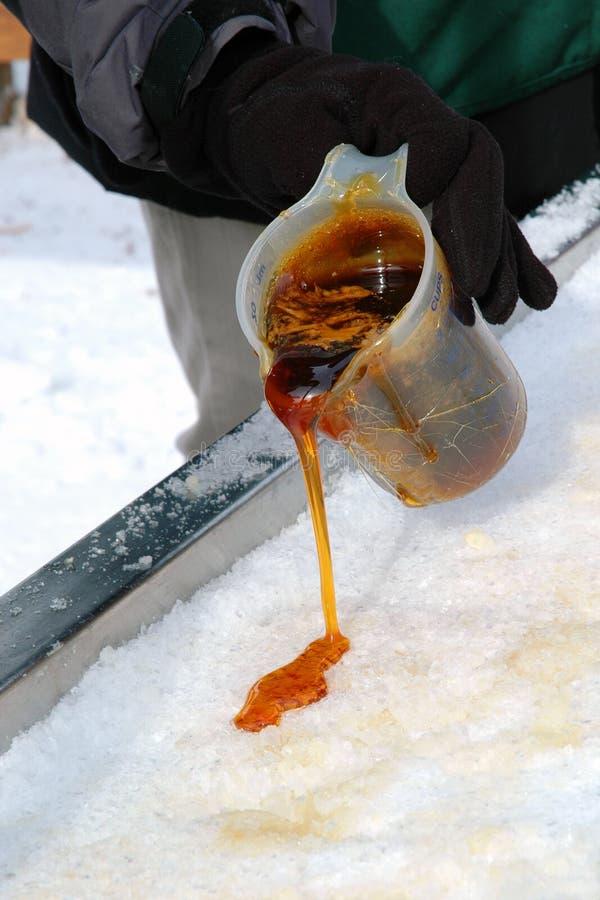 Ahornholz Taffy auf Schnee heraus gießen lizenzfreie stockfotografie