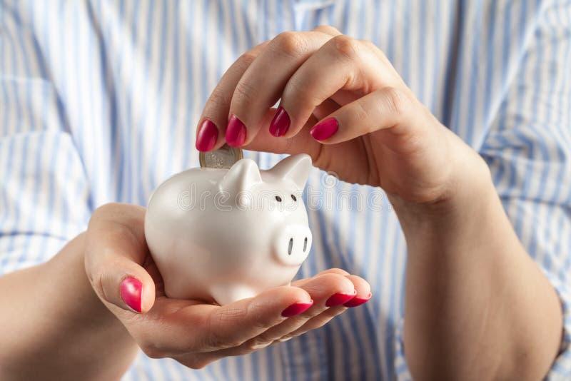 Ahorre el concepto del dinero, hucha en una mano humana imagen de archivo libre de regalías