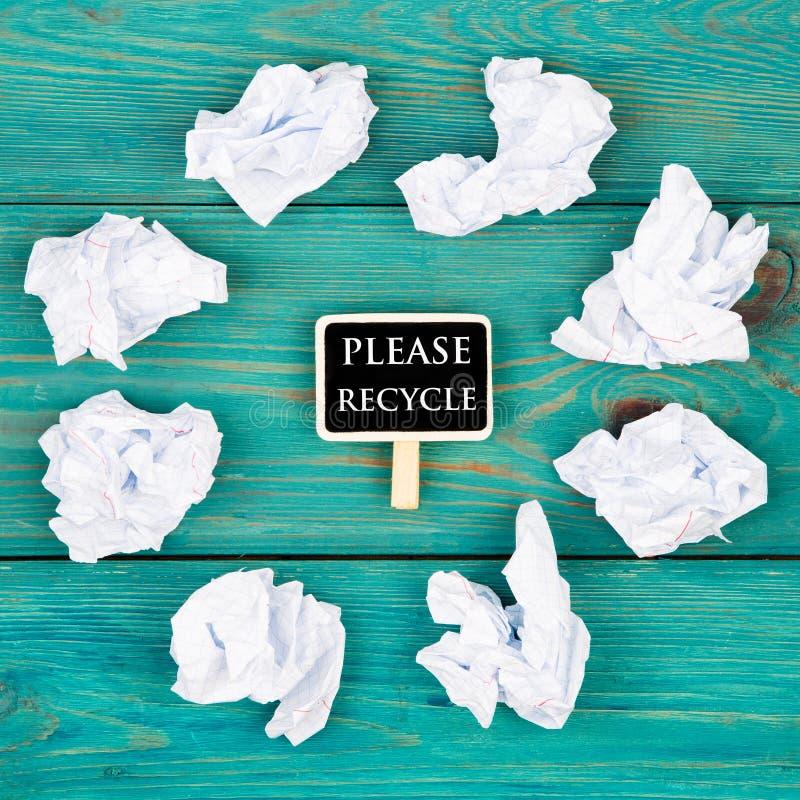 Ahorre el concepto del planeta - el papel arrugado alrededor de una pizarra en la forma del corazón y el texto reciclan por favor foto de archivo libre de regalías