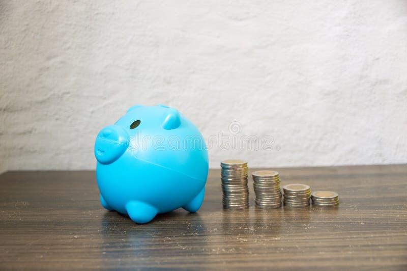 Ahorro de recoger pequeñas monedas imagen de archivo libre de regalías