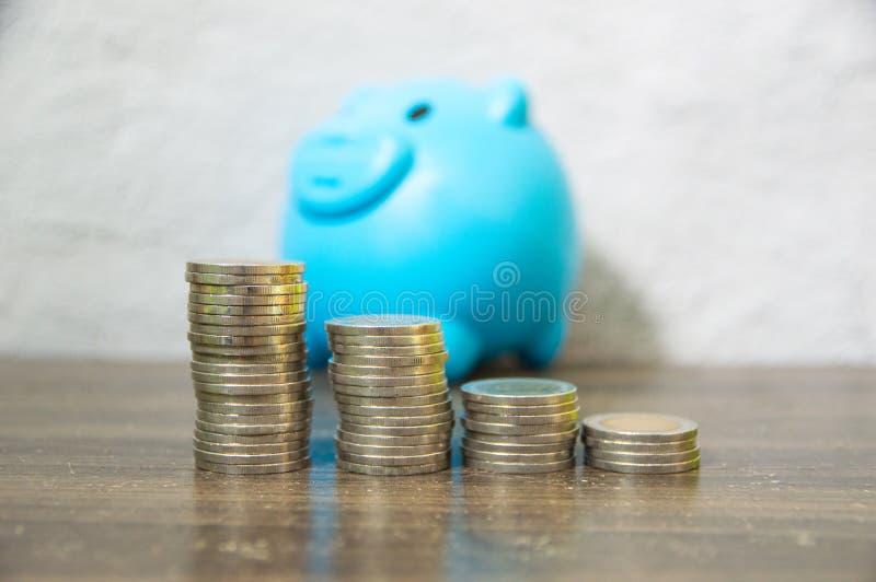 Ahorro de recoger peque?as monedas fotografía de archivo libre de regalías