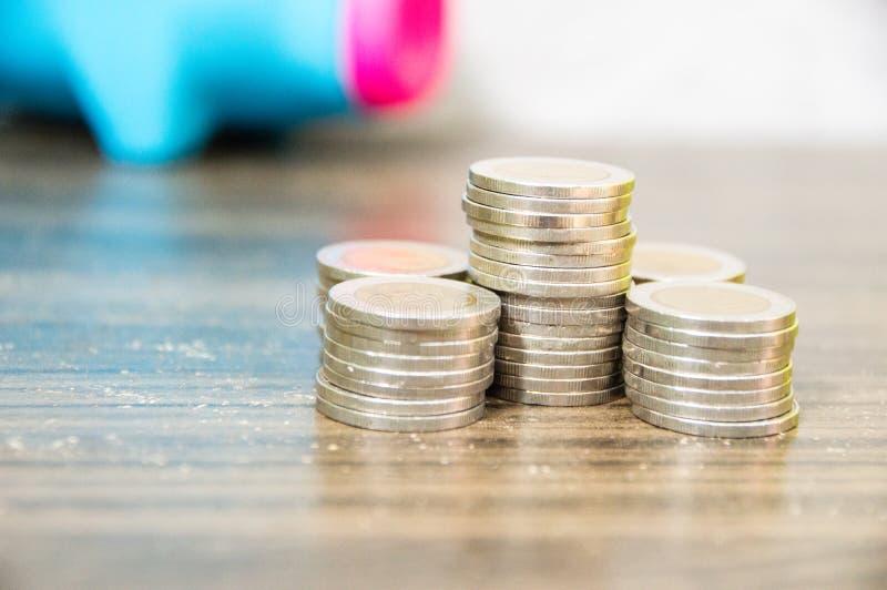 Ahorro de recoger peque?as monedas imágenes de archivo libres de regalías