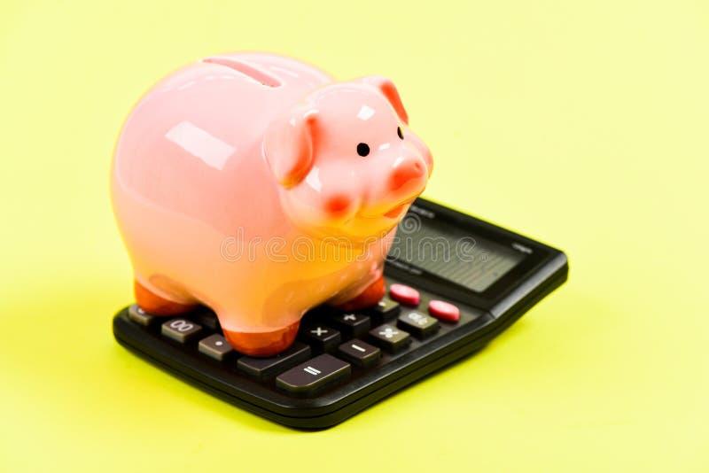 ahorro del dinero Contabilidad y nómina de pago moneybox con la calculadora Aislado en blanco gestión del capital de la renta pla imágenes de archivo libres de regalías