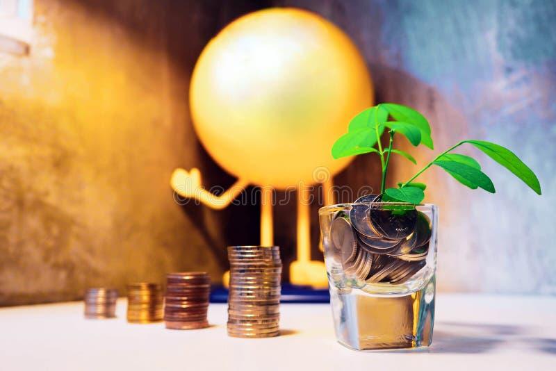 Ahorro para comprar un concepto del casa o caseros de los ahorros con el st de la moneda del dinero fotografía de archivo libre de regalías
