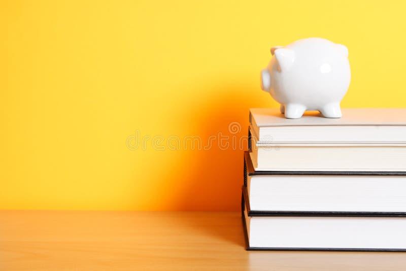 Ahorro para la universidad imagen de archivo libre de regalías