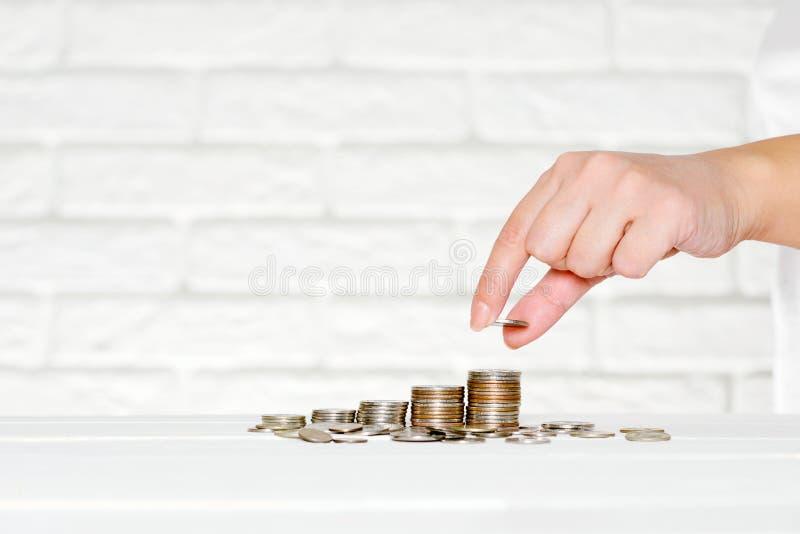 Ahorro y acumulación de dinero, monedas, pensiones fotos de archivo libres de regalías