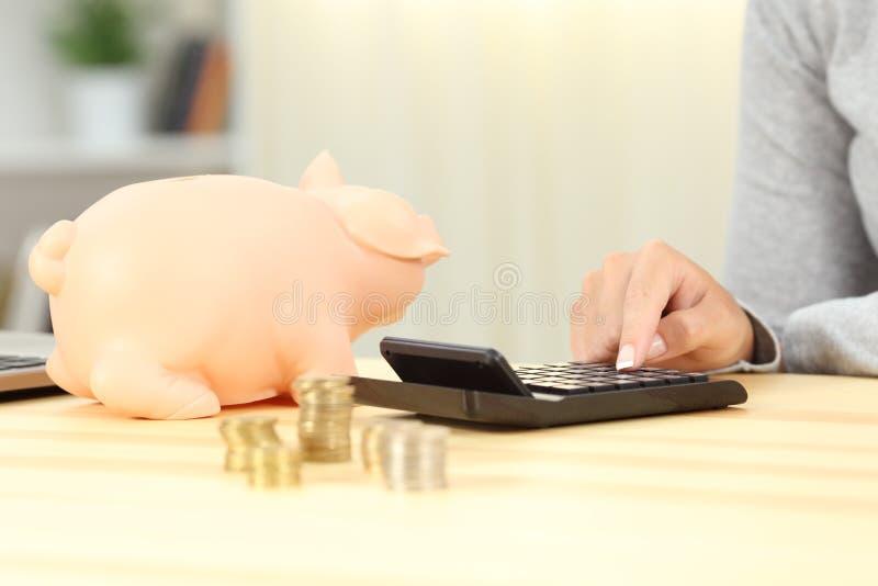 Ahorros calculadores de la mujer en casa imagenes de archivo