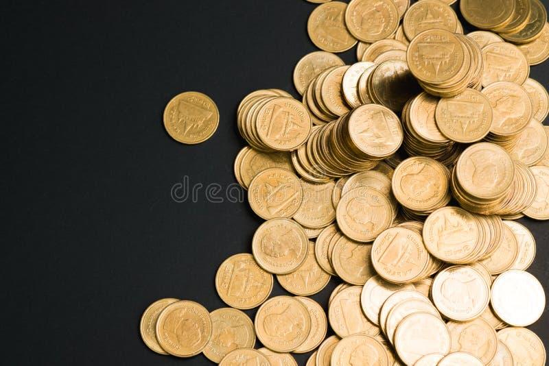Ahorros, columnas cada vez mayores de las monedas, pilas de monedas dispuestas como foto de archivo