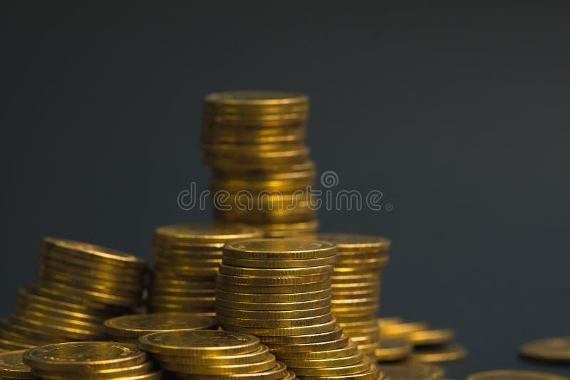 Ahorros, columnas cada vez mayores de las monedas, pilas de monedas dispuestas como imagen de archivo
