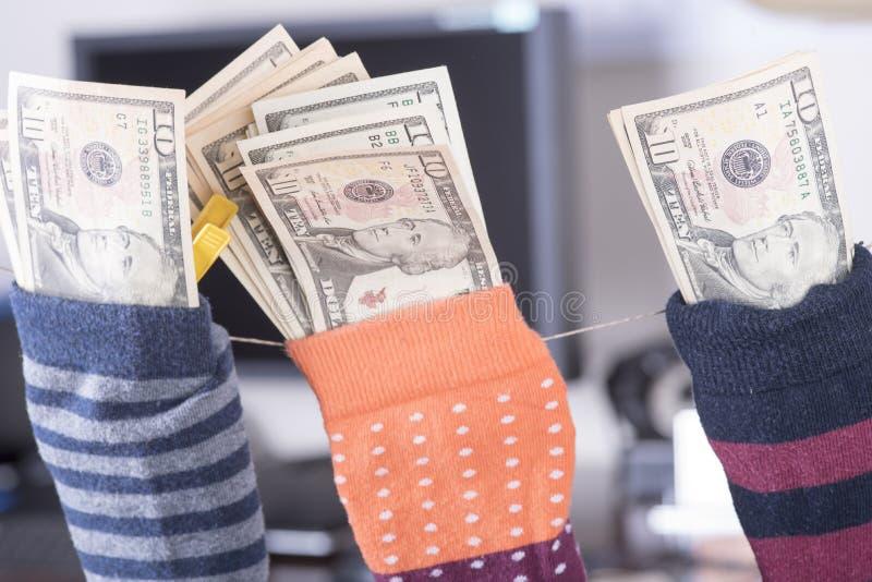 Ahorros del dólar ocultados en un calcetín foto de archivo