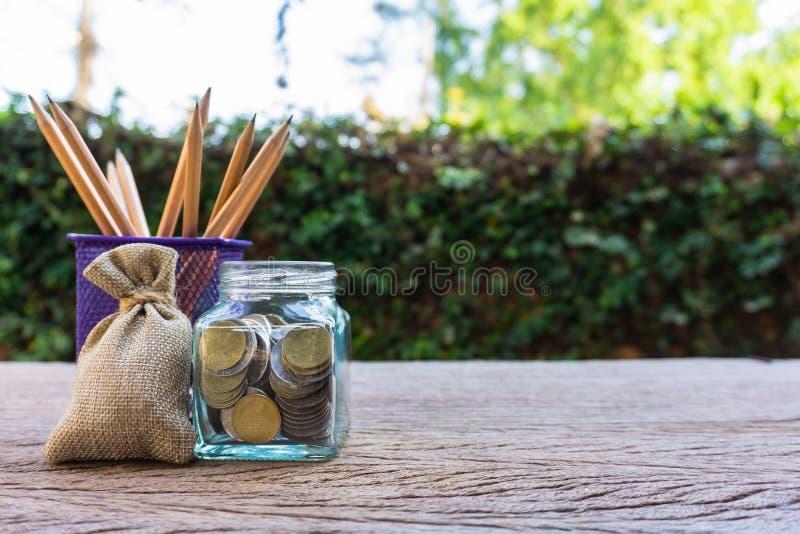 Ahorros del dinero, inversión, haciendo el dinero para el futuro, concepto financiero de la gestión de la riqueza imagenes de archivo