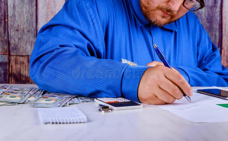 ahorros, finanzas, economía y cierre casero del concepto para arriba del hombre con la calculadora que cuenta el dinero y que hac fotos de archivo