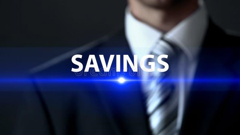 Ahorros, hombre de negocios en pantalla táctil del traje, actividades bancarias y planeamiento del presupuesto, dinero foto de archivo libre de regalías