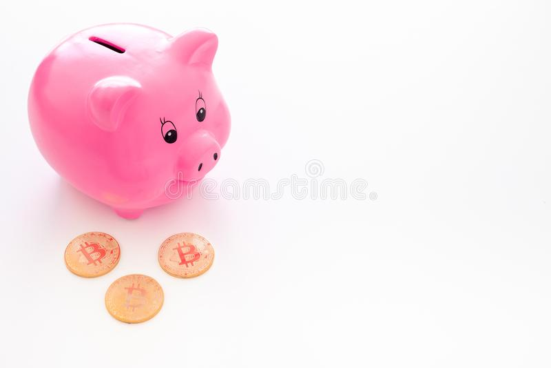 ahorros Moneybox en la forma del cerdo cerca de monedas en el espacio blanco de la copia del fondo foto de archivo libre de regalías