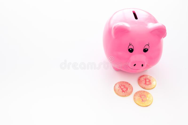 ahorros Moneybox en la forma del cerdo cerca de monedas en el espacio blanco de la copia del fondo imagen de archivo libre de regalías