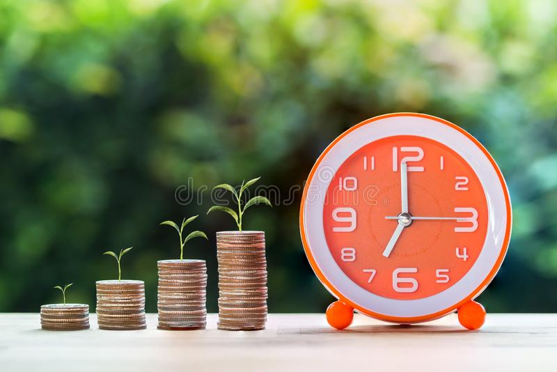 Ahorros y dinero de la gestión, inversión del dinero para de la vida del retiro el concepto en el futuro imagenes de archivo