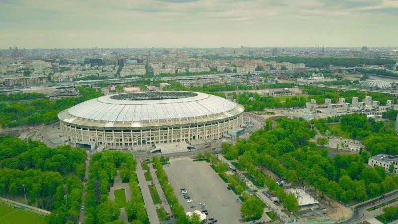 Ahot aéreo da alta altitude da arquitetura da cidade de Moscou que envolve o estádio de futebol famoso de Luzhniki foto de stock