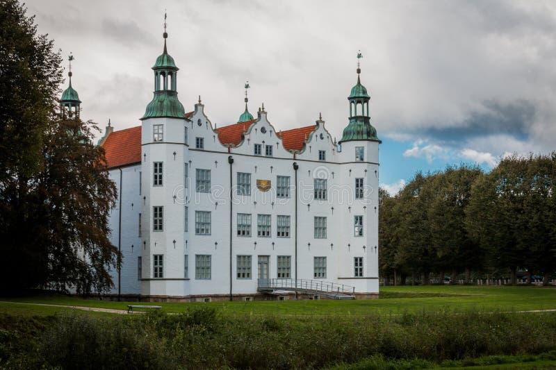 Ahrensburg, Alemanha - PTU 03, 2016: Visão geral do Castelo de Ahrensburg foto de stock royalty free